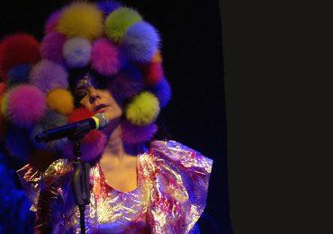 10 looks de Björk que harán ver a Lady Gaga como una novata