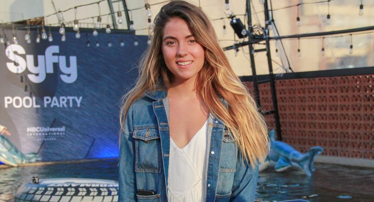Ana Laura González en la pool party de 'Sharknado 5'