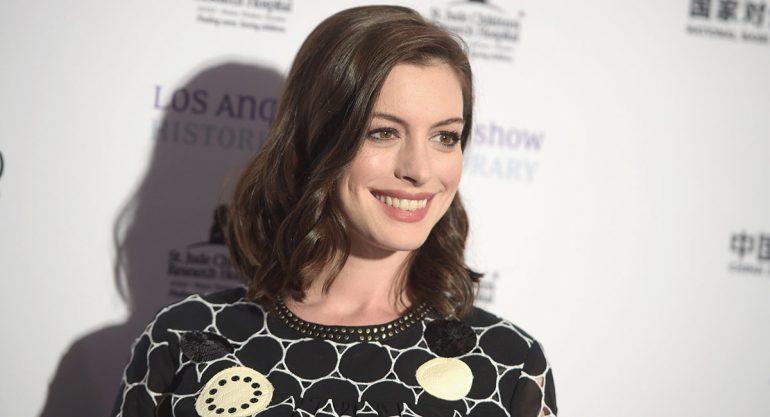 Anne Hathaway estrena look