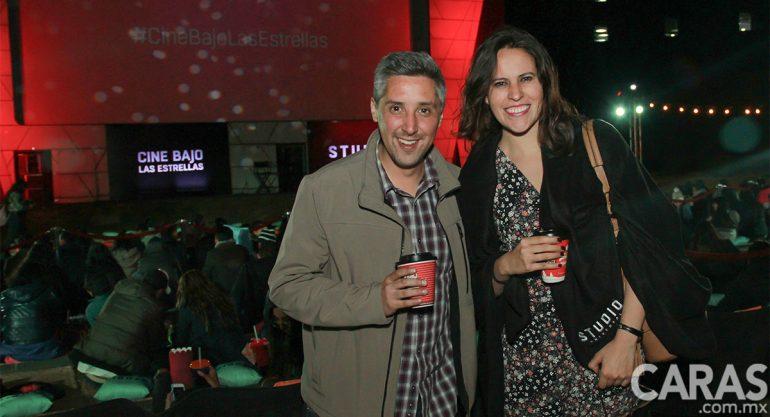 Arturo Aguilar y Carla Guerrero disfrutan del Cine Bajo las Estrellas