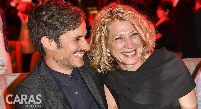 Gael García feliz con su mamá en el coctel de 'Aquí en la Tierra'