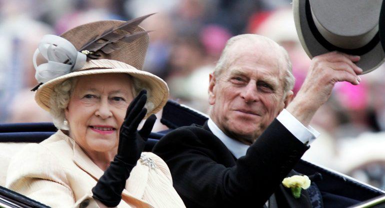 """La reina Isabel II aplaude el """"sentido del humor único"""" de su esposo"""