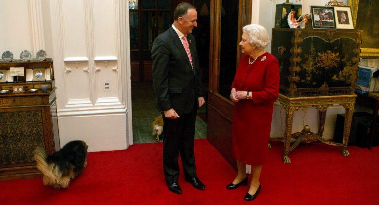 La reina Isabel II muestra por primera vez su oficina