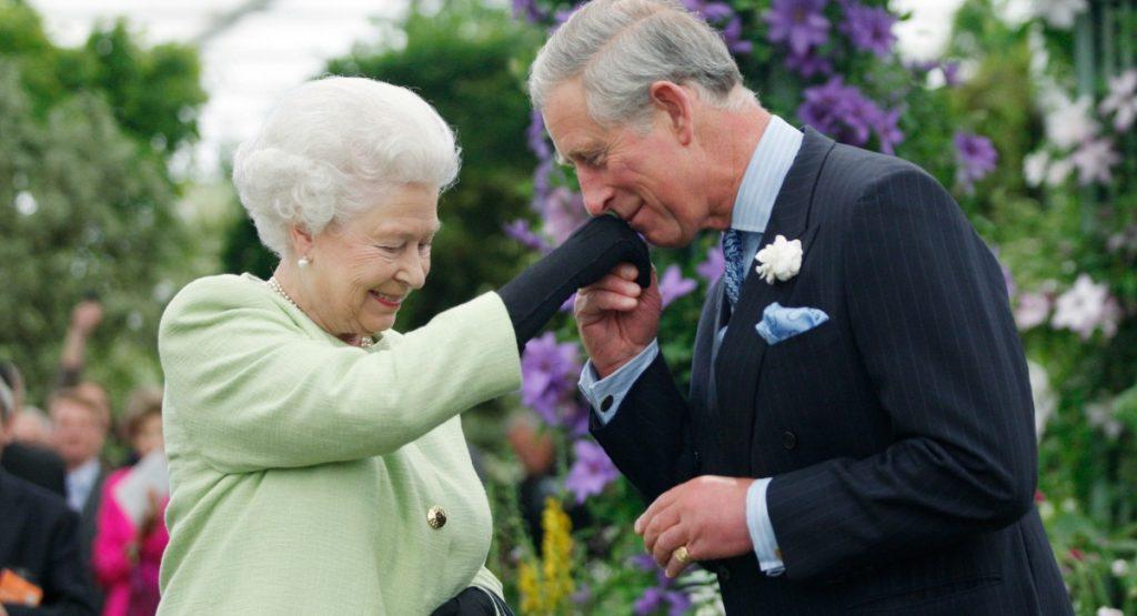 La reina Isabel II no planea ceder el trono al príncipe Carlos