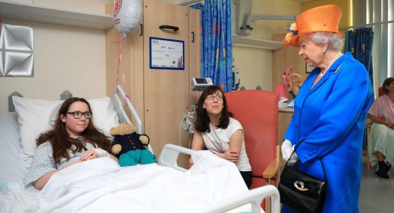 La reina Isabel II visita a heridos en el hospital infantil de Manchester