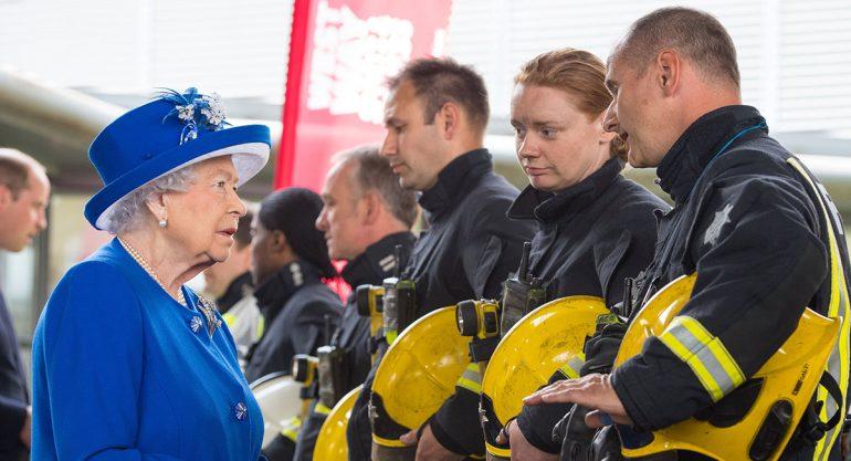 La reina Isabel visita barrio en Londres donde se quemó edificio
