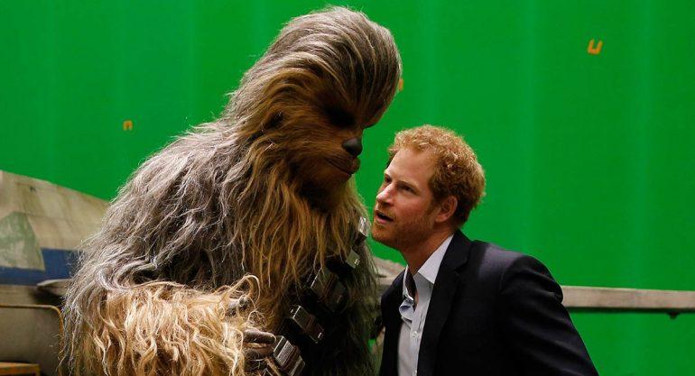 Los príncipes William y Harry consiguen el abrazo de 'Chewbacca'