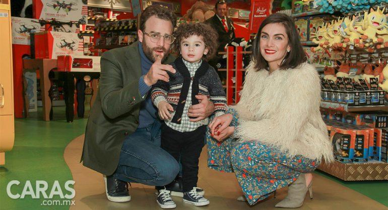 Max y María en la inauguración de la Navidad en Hamleys