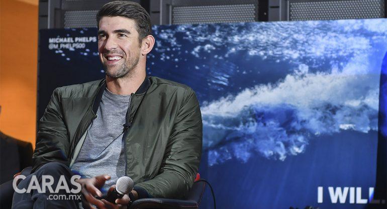 Michael Phelps convive con niños en México