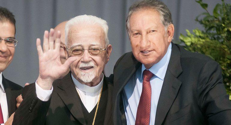 Monseñor Antonio Chedraoui y Arturo Montiel celebran juntos