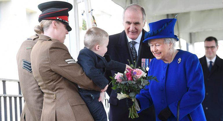 Niño hace berrinche ante la reina Isabel