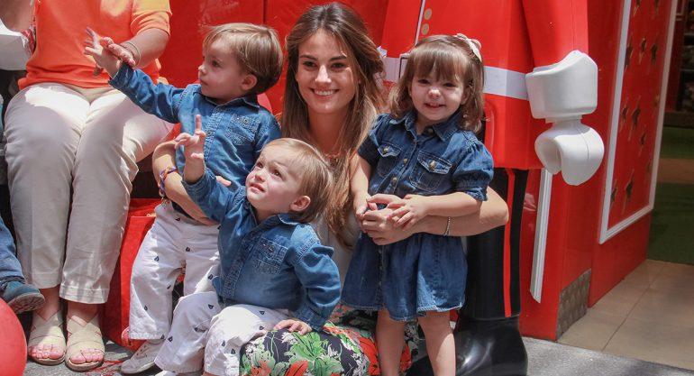 Paola Albarrán posa con sus trillizos para CARAS