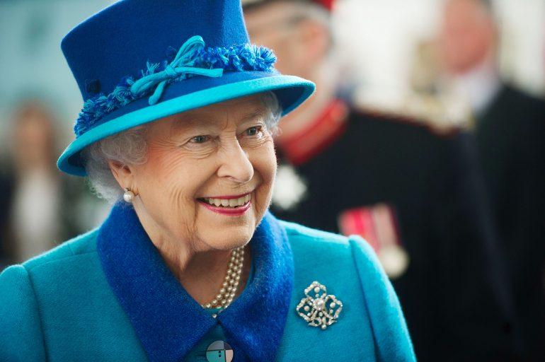 Reina Isabel II busca un asistente