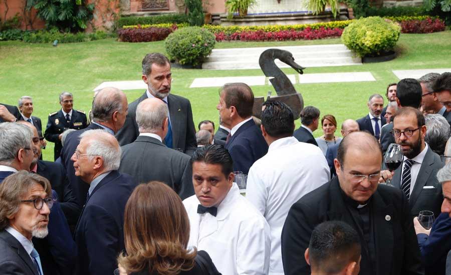 El rey Felipe VI durante el encuentro con una representación de la colectividad española en la residencia del embajador
