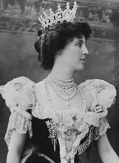 Duquesa Winifred vistiendo la tiara de Portland en 1902.