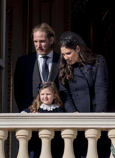 India Casirgahi junto a sus padres