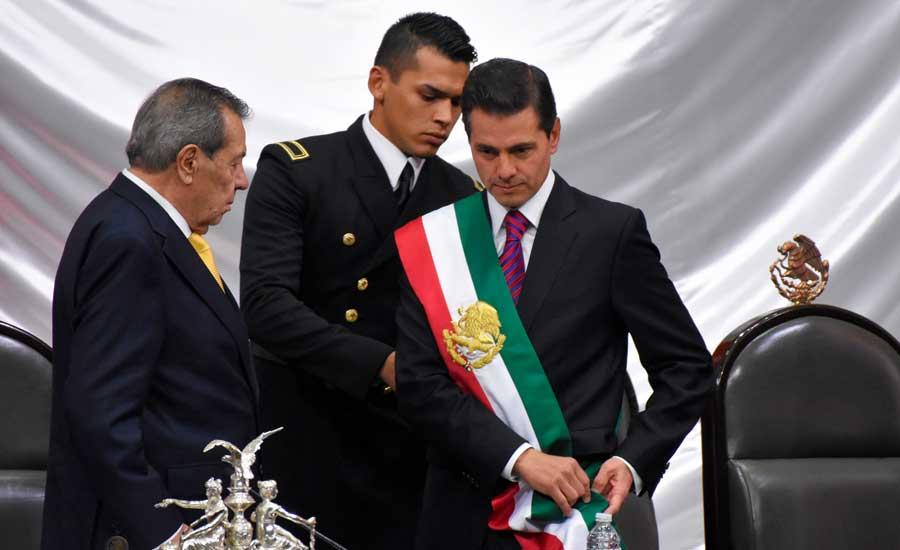 Enrique Peña Nieto entrega la banda presidencial