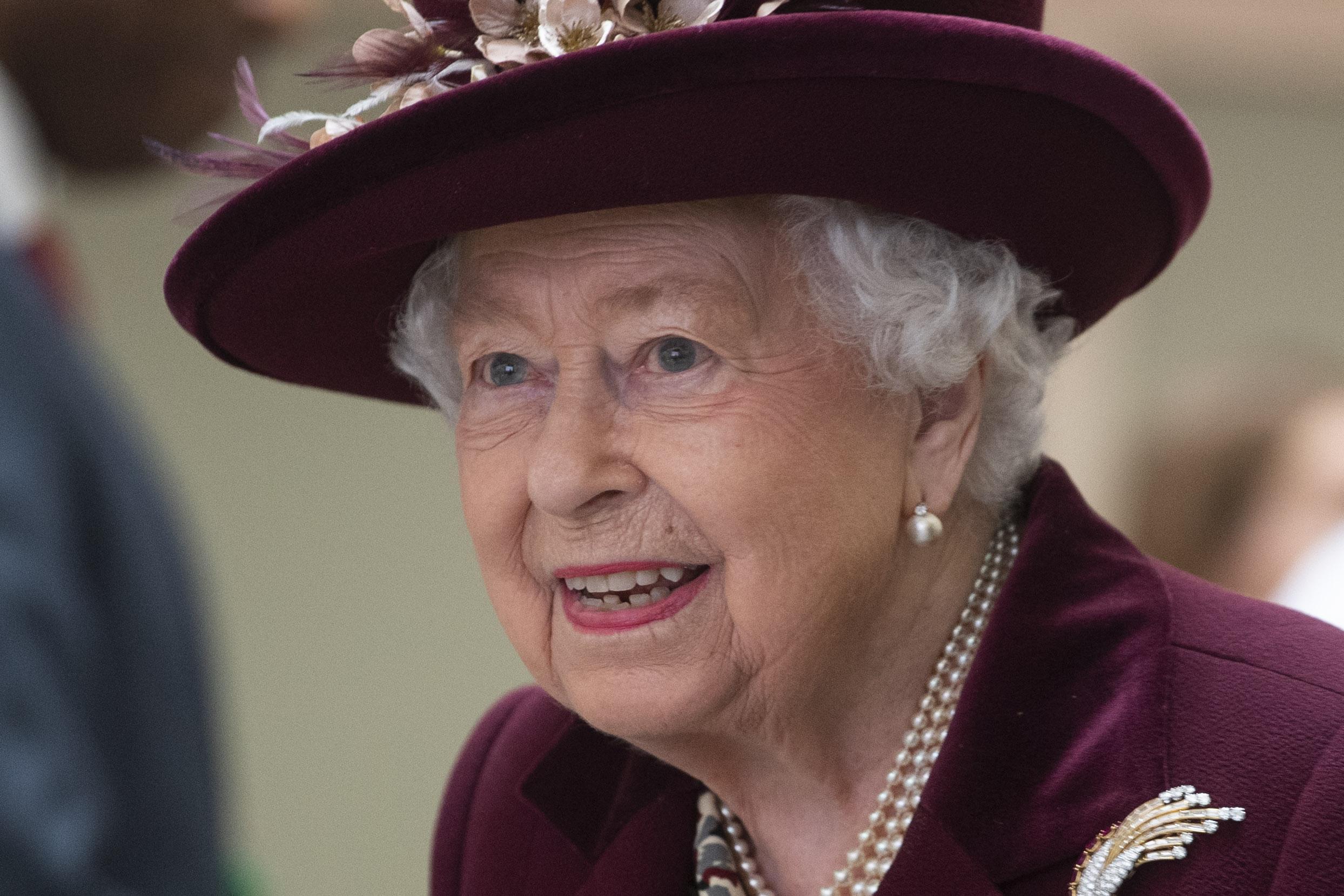 reina isabel II lanza propia marca ginebra