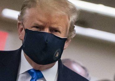 Donald Trump usando cubrebocas