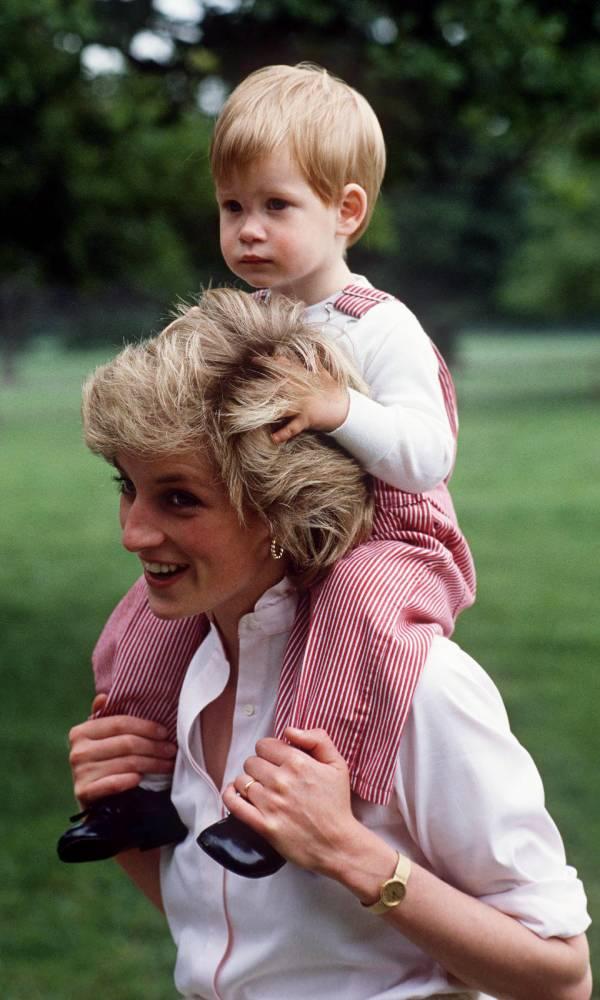 Harry y su mamá la princesa Diana