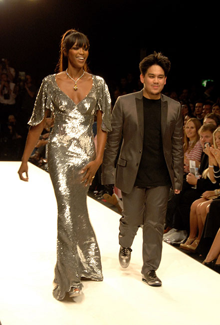 El príncipe desfiló con Naomi Campbell en 2007 en el Fashion Relief Show en el marco de la London Fashion Week.