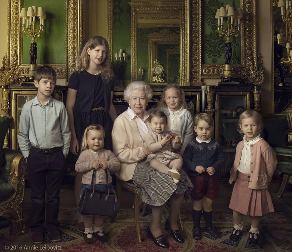 la reina con sus nietos y bis-nietos
