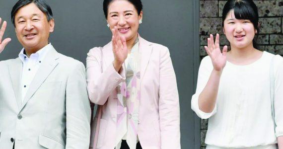 Junto a su esposa, la emperatriz Masako y su hija, la princesa Aiko, Naruhito es el emperador número 126 en ocupar el trono del Imperio japonés.