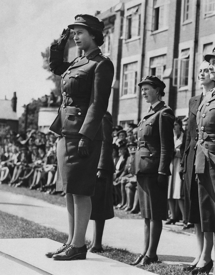 Reina Isabel II Segunda Guerra Mundial joven