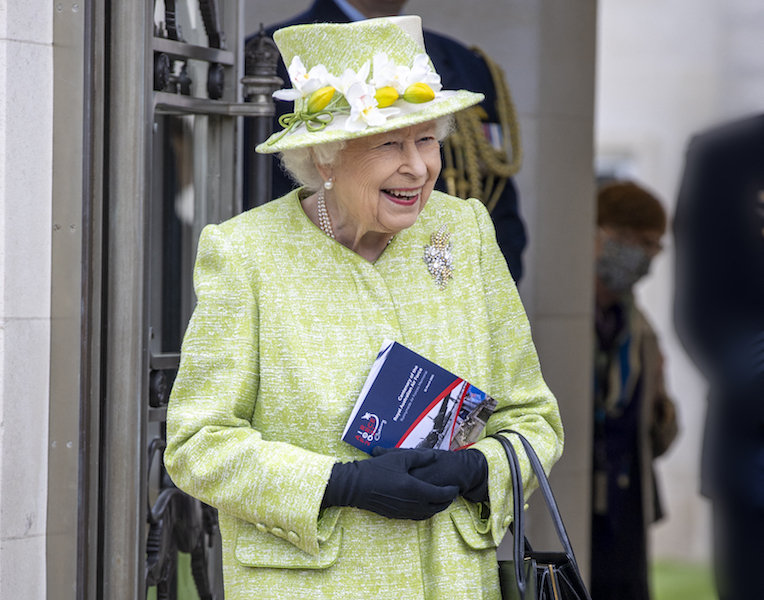 Reina Isabel II vacunada traje verde